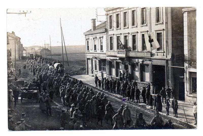 CPA prisonniers français défilant rue de Verdun à Piennes (54) 1916 Img94510