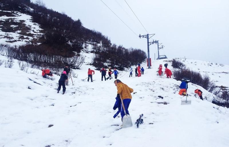 Manque de neige dans les stations de ski hiver 2015/2016 - Page 4 12382410