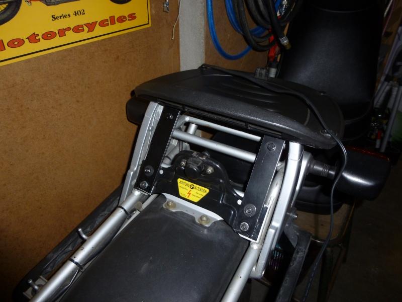 R100R Fabrication d'un porte bagages pour topcase - Page 2 P1010622