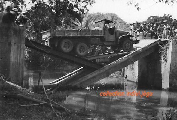 Pont coupé au Km 31 de la route entre Phan Thiet et Dalat 910