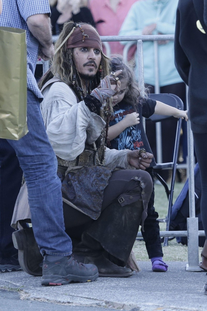 """Dead Men Tell No Tales - """"on set"""" pictures - Costume Study [WARNING SPOILERS] Ag073611"""