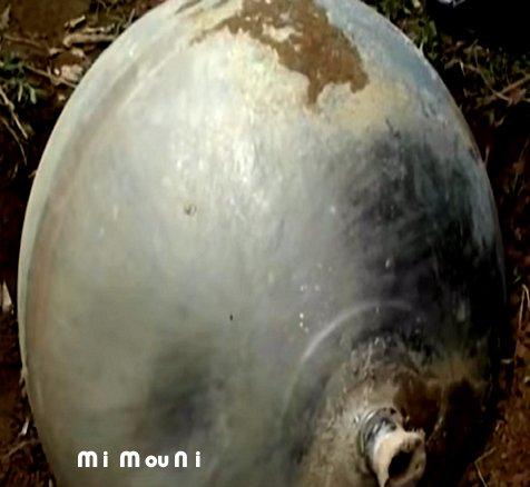 Etranges boules sphériquesde metal tombes du Ciel au Vietnam Boule_10