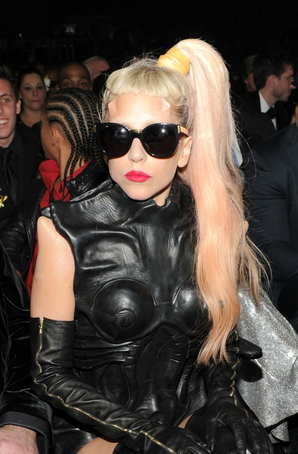 Lady Gaga - Σελίδα 19 2011-l10