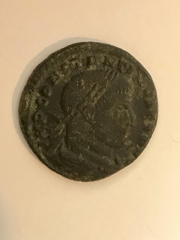 Nummus de Constantino I.  S P Q R OPTIMO PRINCIPI. Águila legionaria entre dos vexilla. Roma. 2779d010