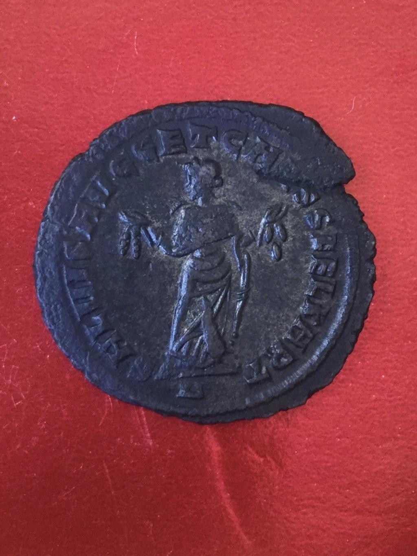 Nummus de Galerio Maximiano. SALVIS AVGG ET CAESS FEL KART. Cartago estante de frente y mirando a izq.  Cartago. 49c7b210