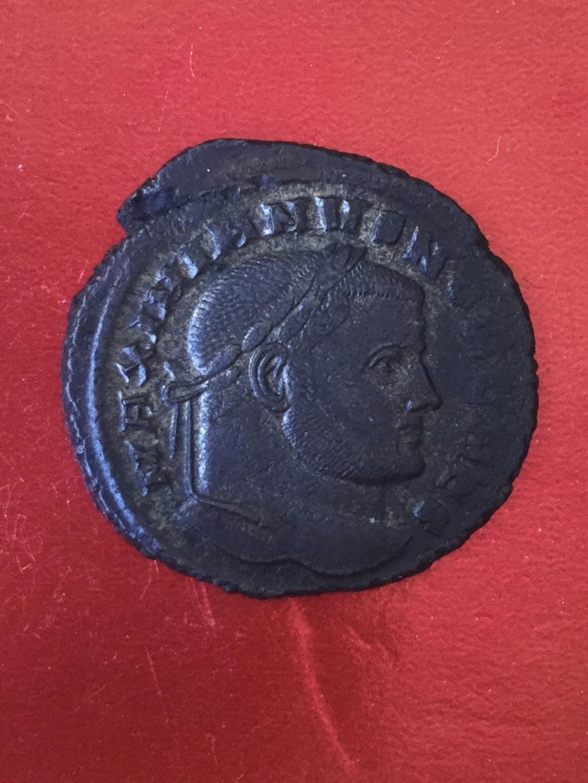 Nummus de Galerio Maximiano. SALVIS AVGG ET CAESS FEL KART. Cartago estante de frente y mirando a izq.  Cartago. 4ba31e10