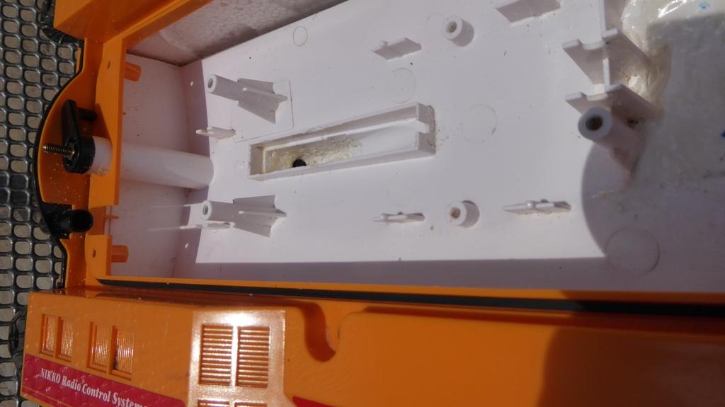 Aufmotzen / Instandsetzen eines NIKKO RC-Kunstoffrennbootes Msb_2014