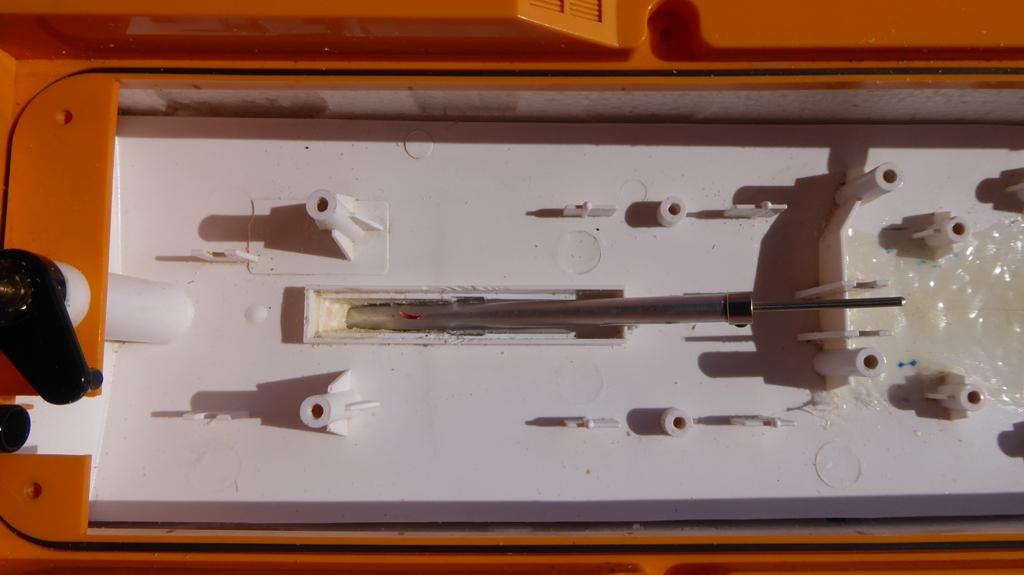 Aufmotzen / Instandsetzen eines NIKKO RC-Kunstoffrennbootes Msb_2015