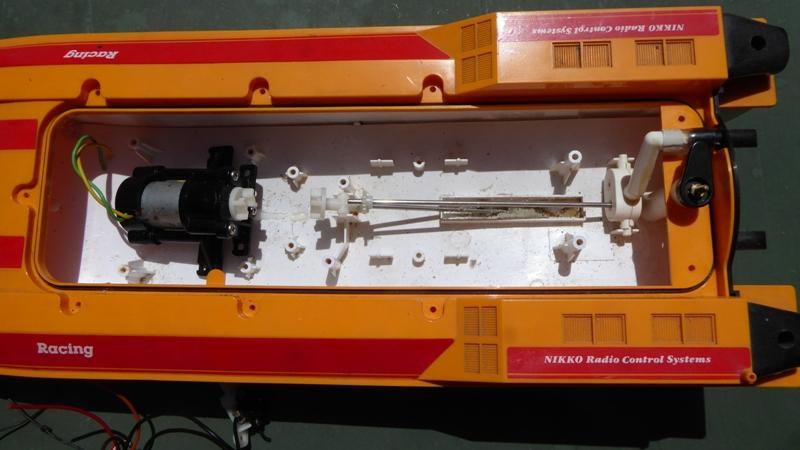 Aufmotzen / Instandsetzen eines NIKKO RC-Kunstoffrennbootes Speedb14