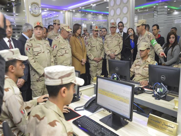 القوات المسلحة تفتتح أول مركز لتقديم خدمات التجنيد إليكترونياً 2018_110