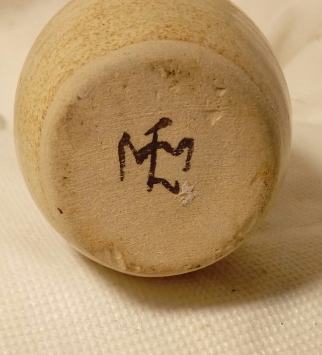 Unknown handwritten monogram on little pot. 20200258
