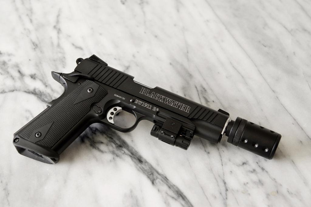 Pistolet 4.5 avec silencieux Blackw14