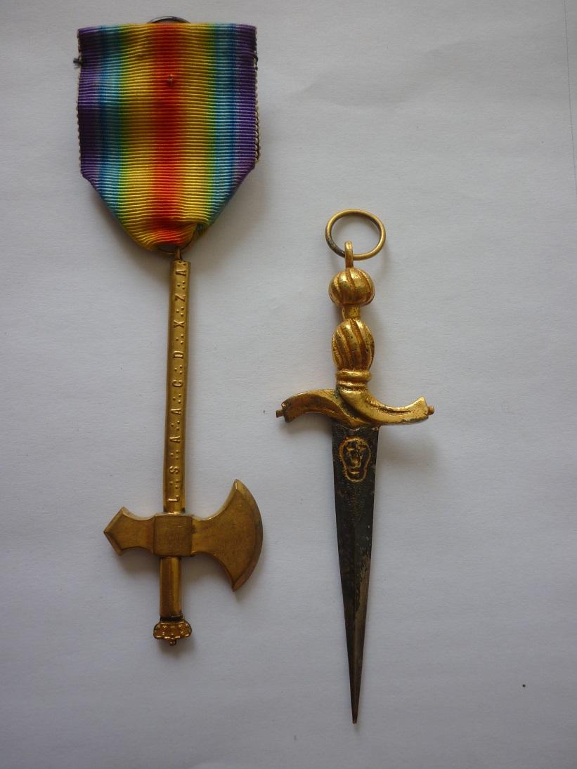 2 médailles à identifier svp : hache et glaive  P2180910