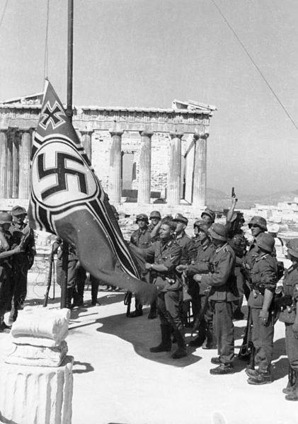 Le drapeau nazi volé sur le Parthenon 421px-10