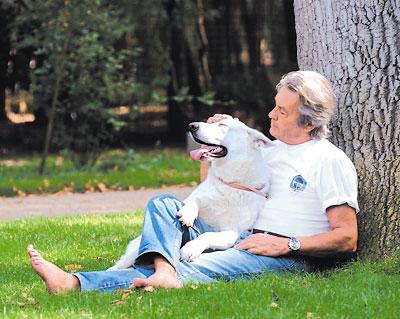 Maltraitance animale - Alain Delon s'inquiète du sort des chiens chinois Alain_10