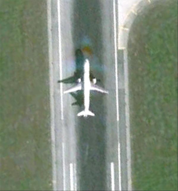Les avions en phase d'atterrissage aperçus sur Google Earth Avionl10