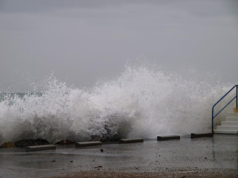 Un nouveau coup de mer sur la côte d'azur P3130610