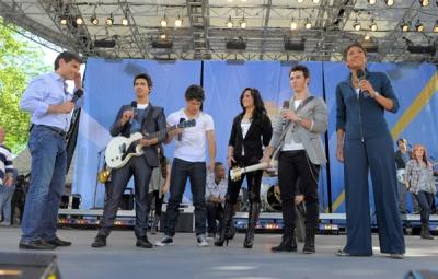 Avec les Jonas Brothers à good Morgning America, le 21 mai A-110