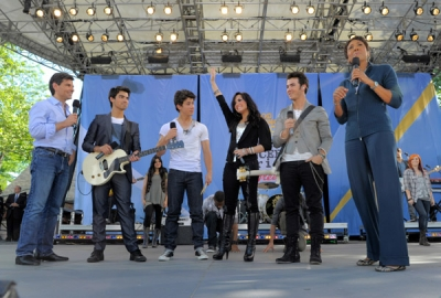 Avec les Jonas Brothers à good Morgning America, le 21 mai A-310