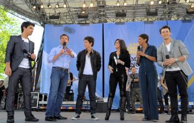 Avec les Jonas Brothers à good Morgning America, le 21 mai A-610