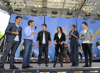 Avec les Jonas Brothers à good Morgning America, le 21 mai A-710