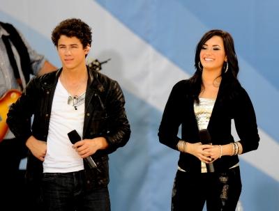 Avec les Jonas Brothers à good Morgning America, le 21 mai A-810