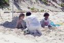 Filhos de Angelina e Brad passam o dia de Ação de Graças na praia - em Seychelles! 14837610