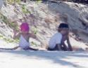 Filhos de Angelina e Brad passam o dia de Ação de Graças na praia - em Seychelles! 14996310
