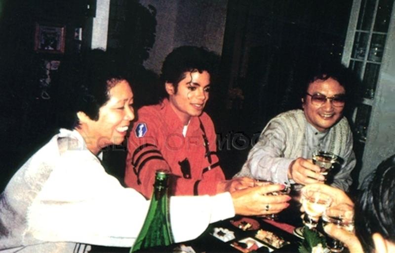Immagini Michael Jackson che mangia e beve. - Pagina 13 Sake10
