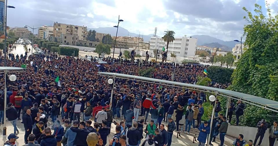 imposante marche des étudiants à Béjaia le mardi 26 février 2019 pour le départ du système  1205