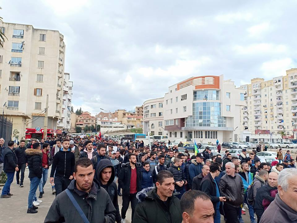 imposante marche des étudiants à Béjaia le mardi 26 février 2019 pour le départ du système  1206