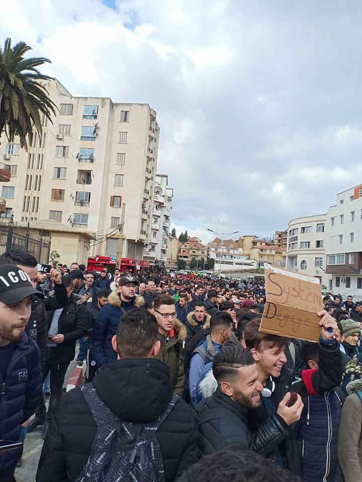 imposante marche des étudiants à Béjaia le mardi 26 février 2019 pour le départ du système  1207