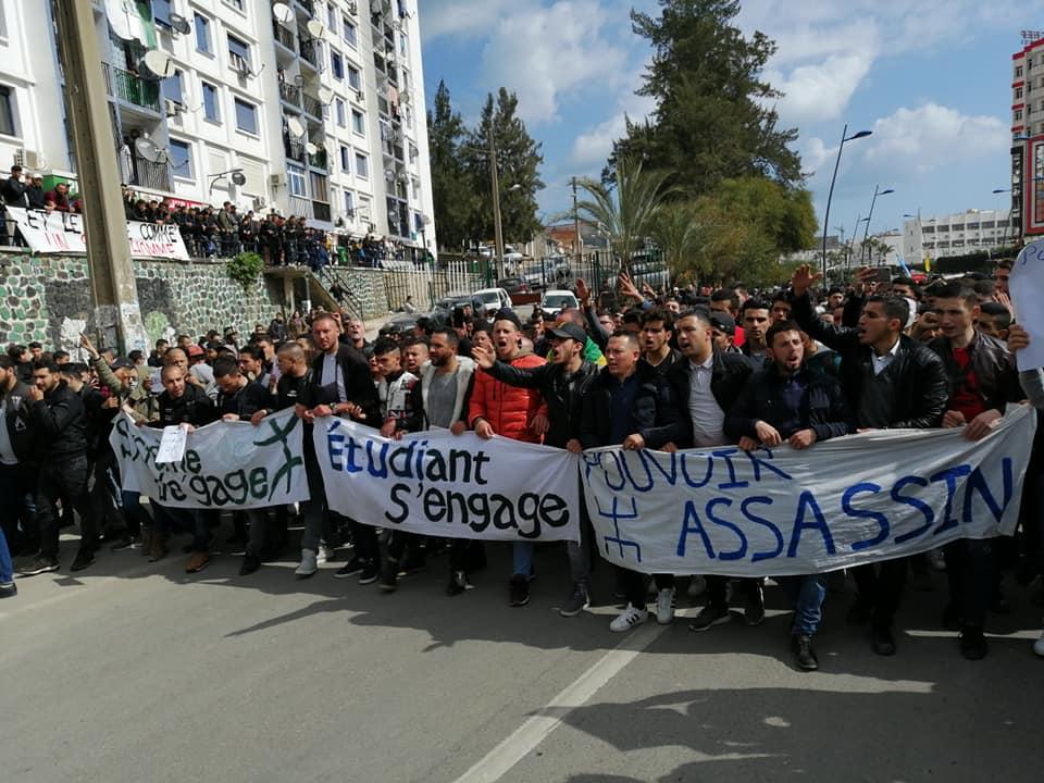 imposante marche des étudiants à Béjaia le mardi 26 février 2019 pour le départ du système  1241