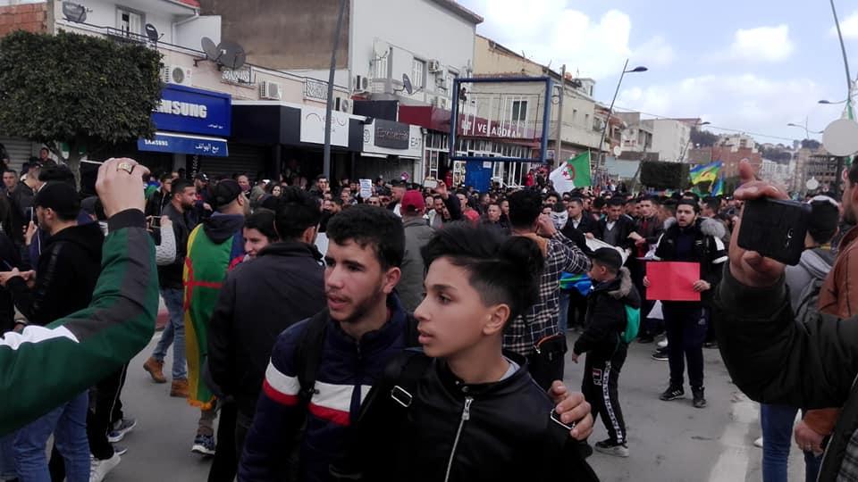 imposante marche des étudiants à Béjaia le mardi 26 février 2019 pour le départ du système  1244