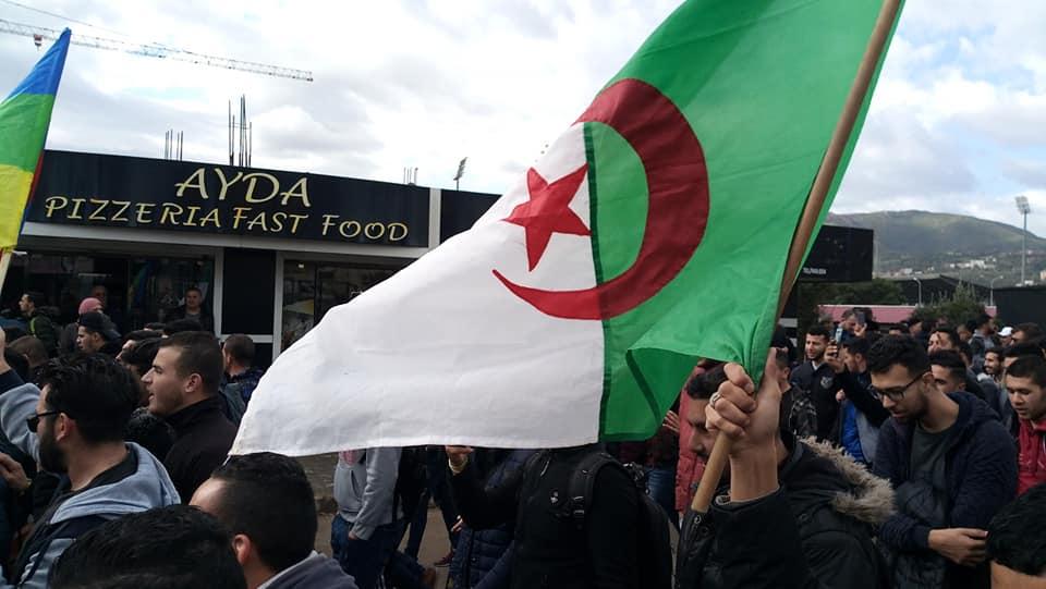 imposante marche des étudiants à Béjaia le mardi 26 février 2019 pour le départ du système  1255