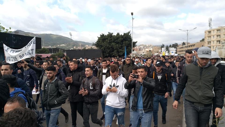 imposante marche des étudiants à Béjaia le mardi 26 février 2019 pour le départ du système  1256