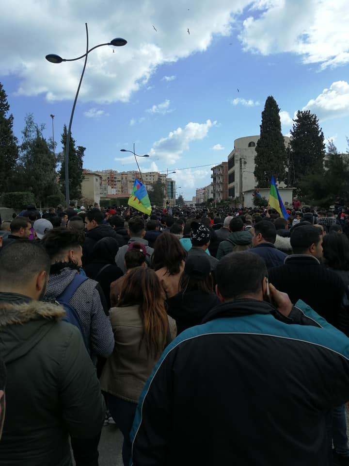 imposante marche des étudiants à Béjaia le mardi 26 février 2019 pour le départ du système  - Page 2 1261