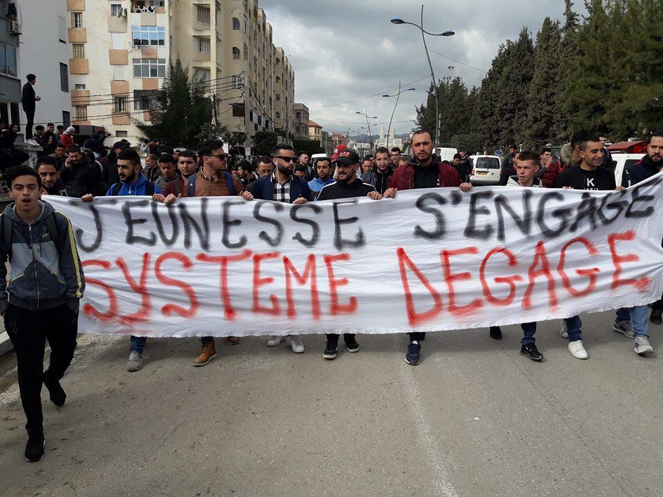 imposante marche des étudiants à Béjaia le mardi 26 février 2019 pour le départ du système  - Page 2 1263