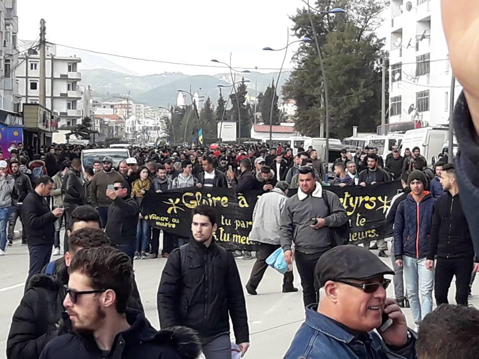 imposante marche des étudiants à Béjaia le mardi 26 février 2019 pour le départ du système  - Page 2 1264