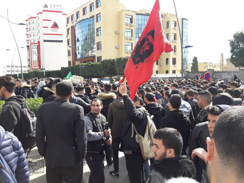 imposante marche des étudiants à Béjaia le mardi 26 février 2019 pour le départ du système  - Page 2 1265