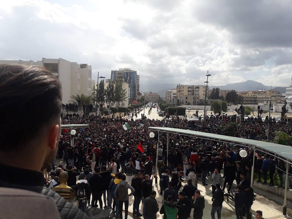 imposante marche des étudiants à Béjaia le mardi 26 février 2019 pour le départ du système  - Page 2 1266