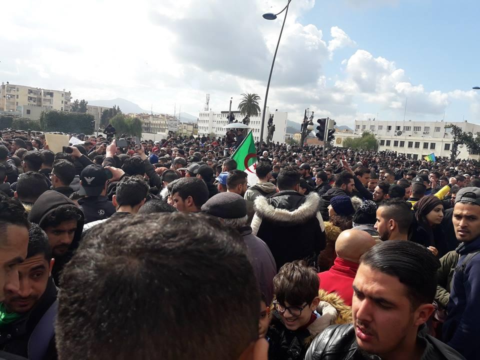 imposante marche des étudiants à Béjaia le mardi 26 février 2019 pour le départ du système  - Page 2 1267