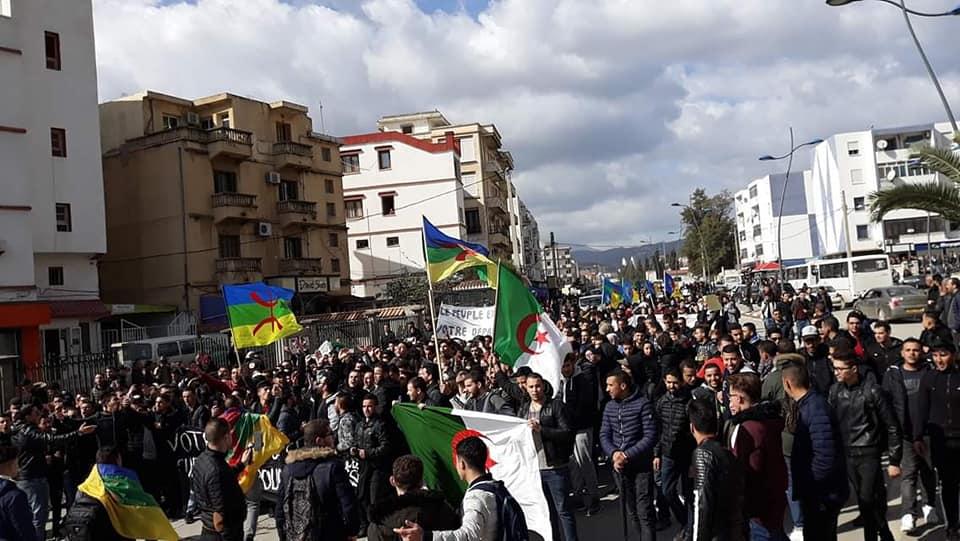 imposante marche des étudiants à Béjaia le mardi 26 février 2019 pour le départ du système  - Page 2 1268