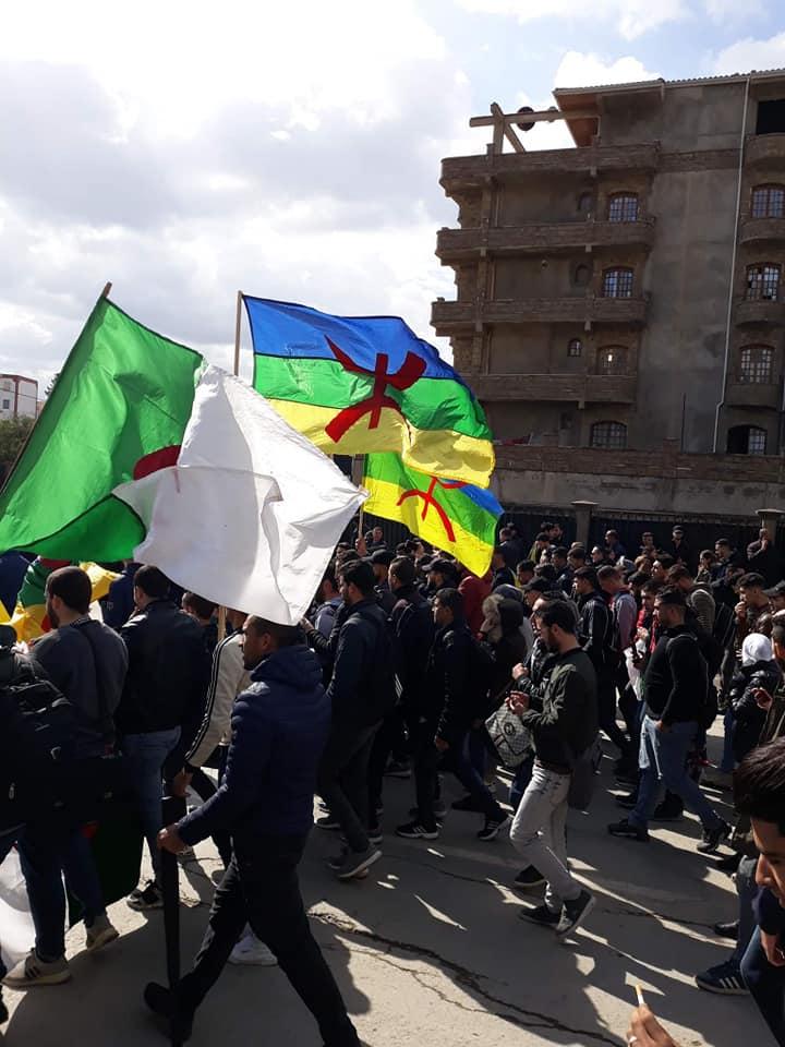 imposante marche des étudiants à Béjaia le mardi 26 février 2019 pour le départ du système  - Page 2 1269