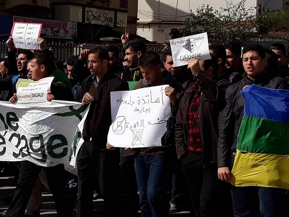 imposante marche des étudiants à Béjaia le mardi 26 février 2019 pour le départ du système  - Page 2 1270