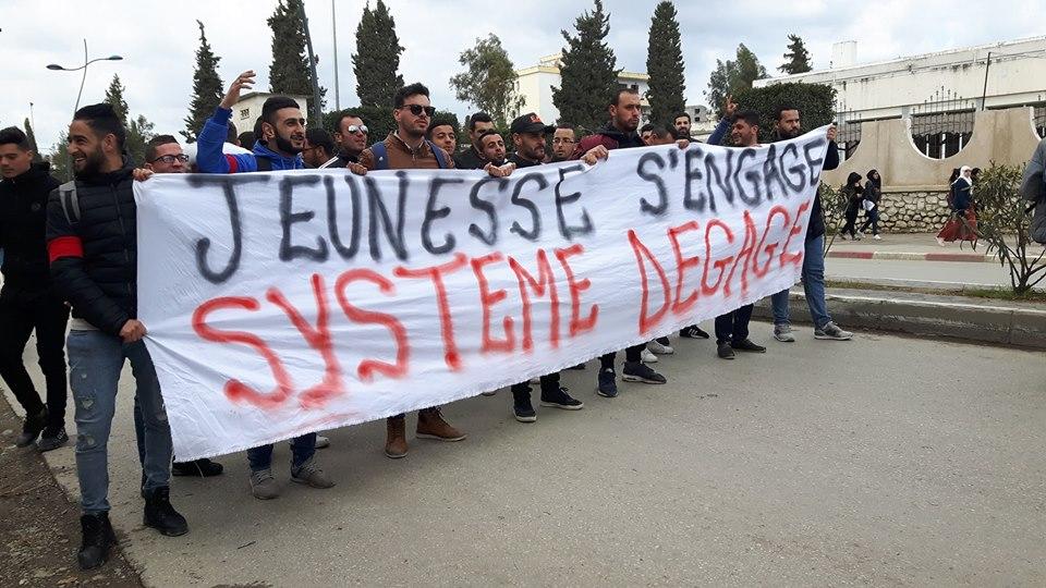 imposante marche des étudiants à Béjaia le mardi 26 février 2019 pour le départ du système  - Page 2 1272