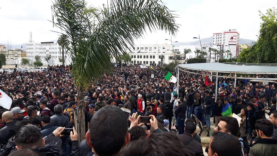 imposante marche des étudiants à Béjaia le mardi 26 février 2019 pour le départ du système  - Page 2 1273