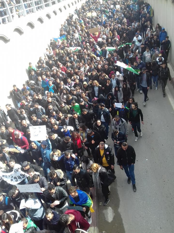 imposante marche des étudiants à Béjaia le mardi 26 février 2019 pour le départ du système  - Page 2 1274