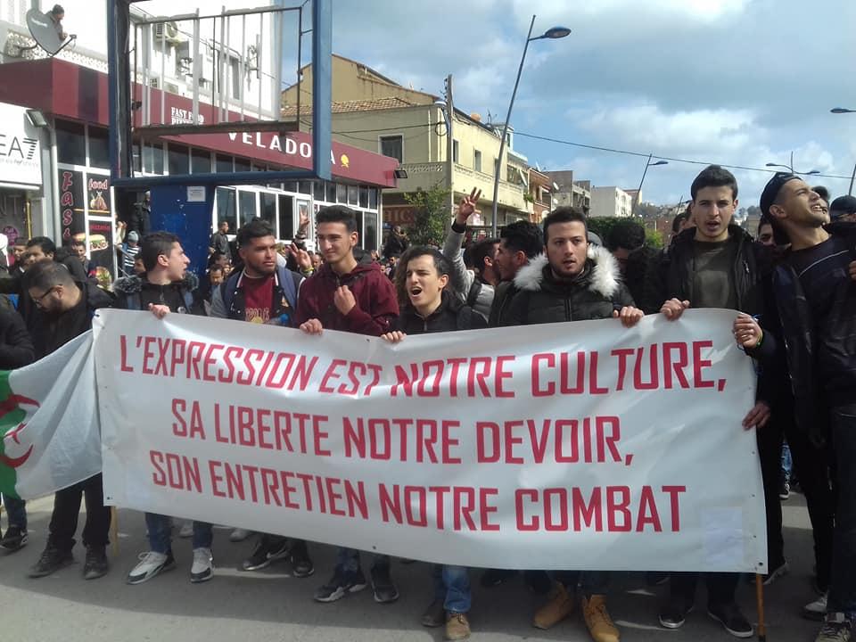 imposante marche des étudiants à Béjaia le mardi 26 février 2019 pour le départ du système  - Page 2 1275