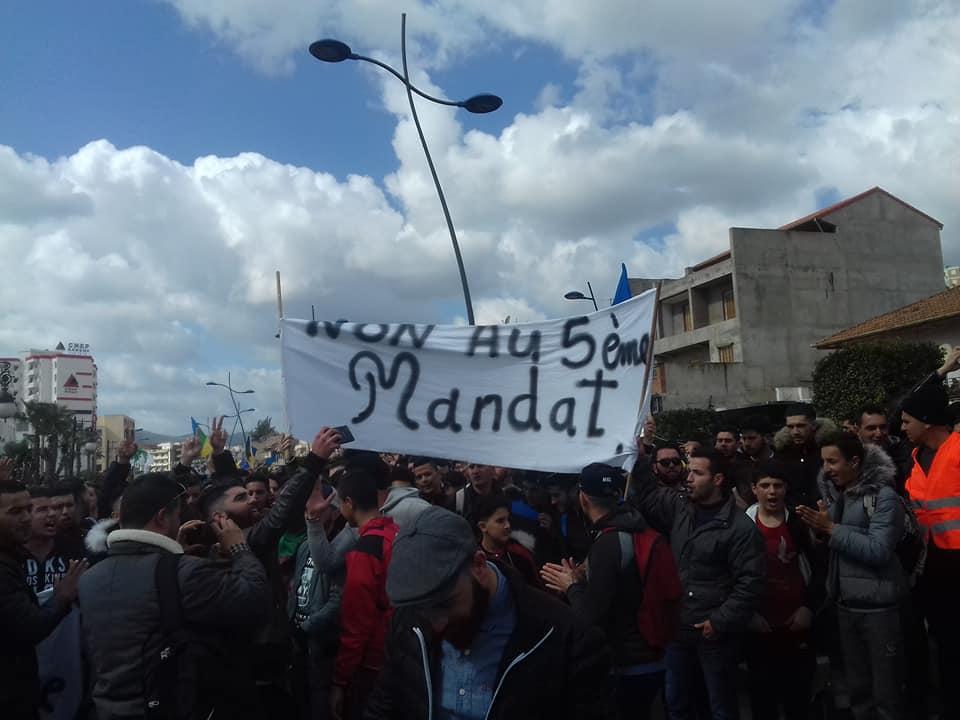 imposante marche des étudiants à Béjaia le mardi 26 février 2019 pour le départ du système  - Page 2 1276